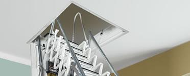 Escalera retráctil de pantógrafo para espacios confinados